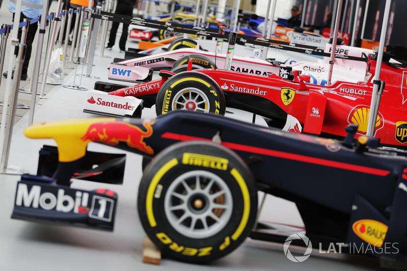 Los coches de Fórmula 1 alineados en Trafalgar Square para la demostración de calle Londres F1,  Scuderia Toro Rosso, McLaren, Williams, Sahara Force India, Ferrari y Red Bull Racing