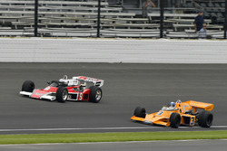 Johnny Rutherford, McLaren M16, és Mario Andretti, McLaren M24