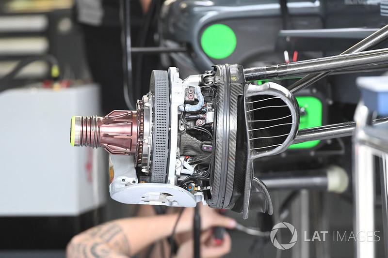 Передні гальма і кріплення колеса Haas VF-17