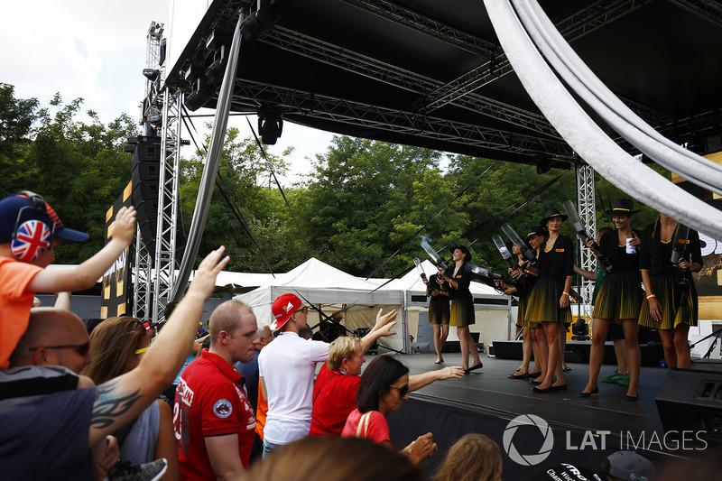 Chicas de la parrilla en el escenario