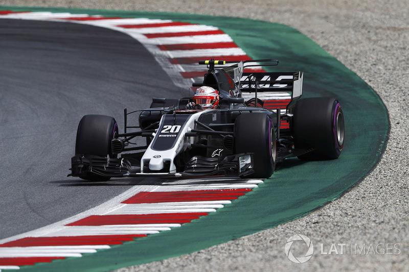 Кевін Магнуссен, Haas F1 Team VF-17, на виході зі заносу