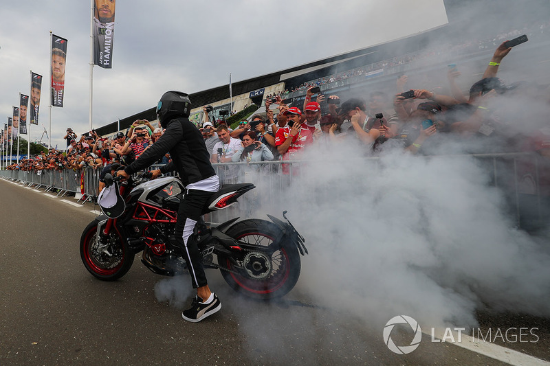 Льюіс Хемілтон, Mercedes AMG F1 на своєму байкуs MV Agusta Dragster RR LH44 Limited Edition робить б