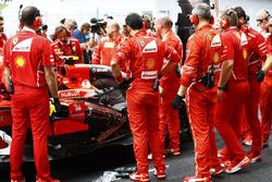 Механики Ferrari возле автомобиля SF70H Кими Райкконена