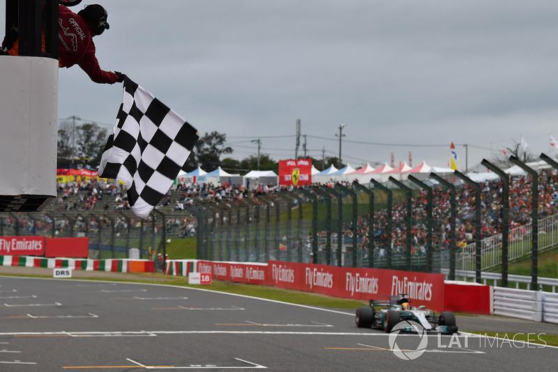 Lewis Hamilton, Mercedes-Benz F1 W08  toma la bandera a cuadros al final de calificación