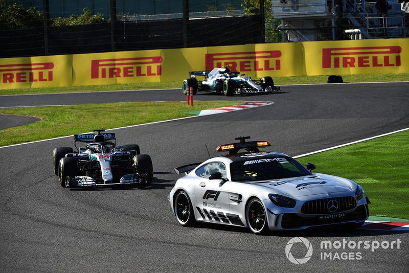 Safety Car delante de Lewis Hamilton, Mercedes AMG F1 W09 EQ Power+ y Valtteri Bottas, Mercedes AMG F1 W09 EQ Power+