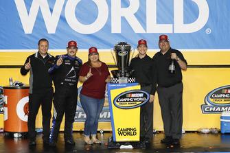 Campeón Brett Moffitt, Hattori Racing Enterprises, Toyota Tundra AISIN Group con Lee Williamson y Jack Irving of TRD.