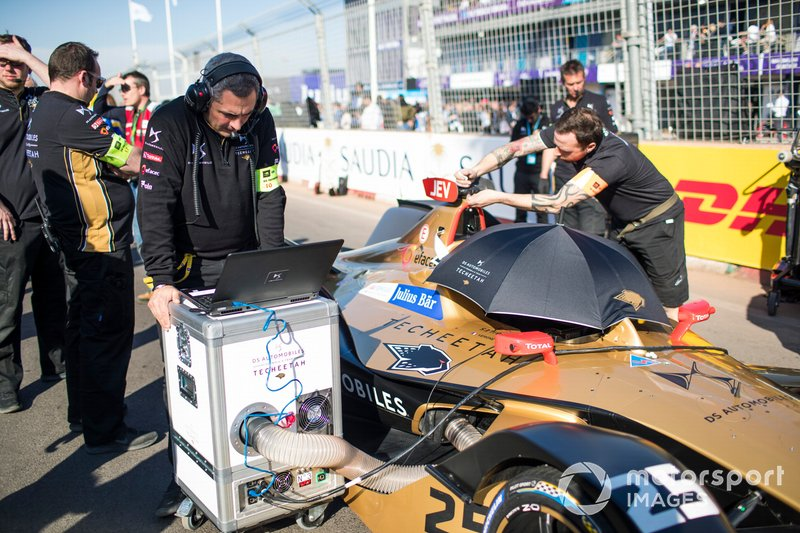 Mecánicos con el coche de Jean-Eric Vergne, DS TECHEETAH, DS E-Tense FE19