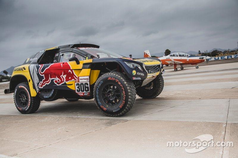Sebastien Loeb y Daniel Elena of PH Sport corren ante un avión en el Rally Dakar.