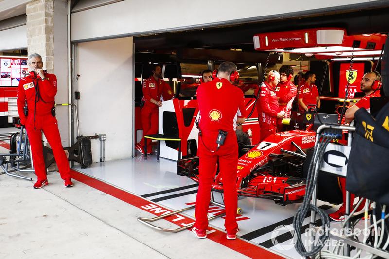 Maurizio Arrivabene, Director de Equipo, Ferrari, afuera del garaje con los mecánicos alrededor del coche de Kimi Raikkonen, Ferrari SF71H