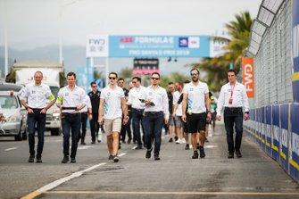 Stoffel Vandoorne, HWA Racelab, Gary Paffett, HWA Racelab, font un trackwalk avec des membres d'équipe