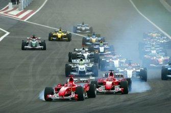 Michael Schumacher, Ferrari F2004 y Rubens Barrichello, Ferrari F2004 ambos se cierran al inicio de la carrera