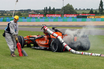 Christijan Albers, Spyker F8-VII retires with the fuel hose still attached to the car