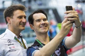 Mercedes teamlid maakt een foto met comedian Jimmy Carr