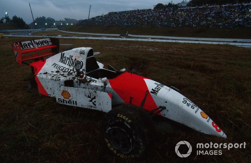 Самая неприятная случилась с Мартином Брандлом – он вылетел там же, где потерял контроль Джанни Морбиделли, и от McLaren Брандла отлетел обломок, попавший в маршала, травмировав тому ногу. На этот раз судьи не стали выпускать сейфти-кар, а вывесили сразу красные флаги – гонка была остановлена