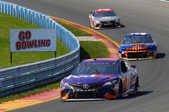 Denny Hamlin, Joe Gibbs Racing, Toyota Camry FedEx Ground and Chase Elliott, Hendrick Motorsports, Chevrolet Camaro SunEnergy1