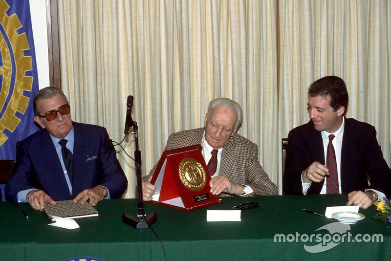 Maranello 1987, Enzo Ferrari accanto al figlio Piero Ferrari e al Presidente FIA Jean Marie Balestre