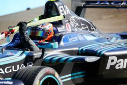 Mitch Evans, Jaguar Racing, wird in die Box geschleppt