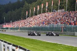 Romain Grosjean, Haas F1 Team VF-17, en lutte avec Kevin Magnussen, Haas F1 Team VF-17