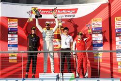 Podio: il vincitore Cooper MacNeil, il secondo classificato Martin Fuentes, il terzo classificato Wei Lu