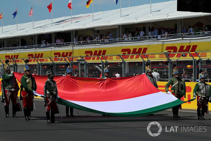 عزف النشيد الوطني للمجر