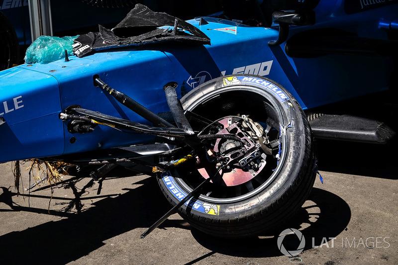 На тренировке швейцарец разбил свою машину, что негативно отразилось на его результате в первой гонке