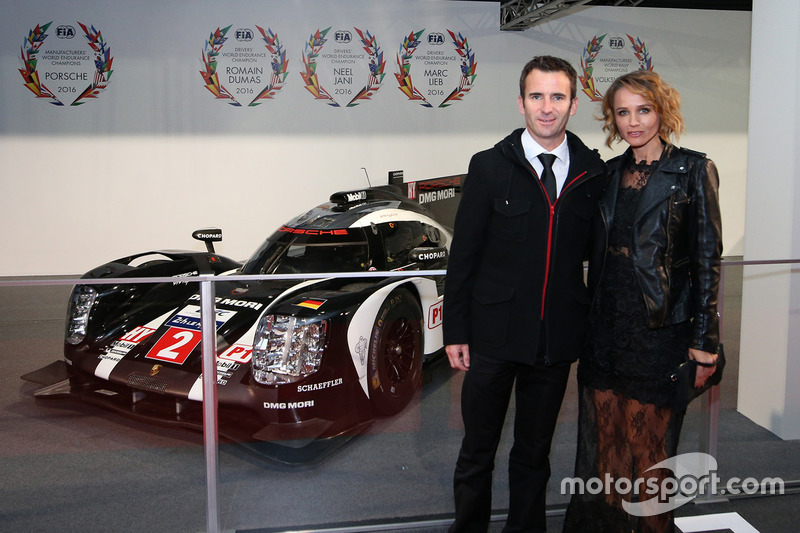 WEC campeón del equipo Porsche, Romain Dumas y esposa Elysia