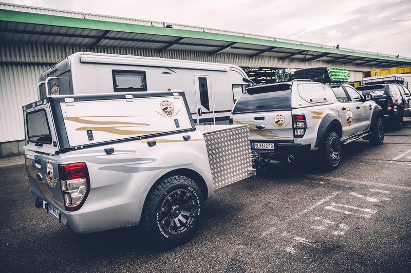 Los vehículos de los medios de comunicación de Red Bull Content Pool listos para el largo viaje a Bu