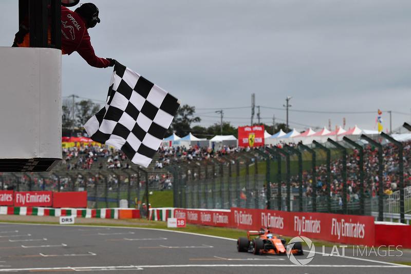 Fernando Alonso, McLaren MCL32 toma la bandera a cuadros al final de calificación