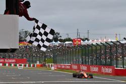Fernando Alonso, McLaren MCL32 passe sous le drapeau à damier