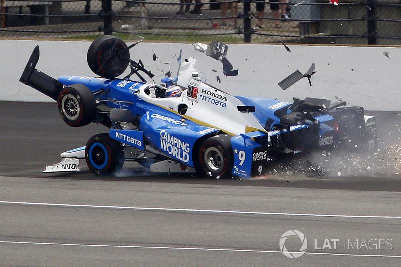 Скотт Діксон, Chip Ganassi Racing Honda, Джей Ховард, Schmidt Peterson Motorsports Honda у великій аварії
