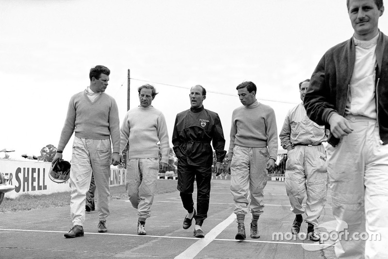 1961, Tim Parnell, Innes Ireland, Stirling Moss, Jim Clark, Jack Fairman y Lucien Bianchi caminan hacia la meta