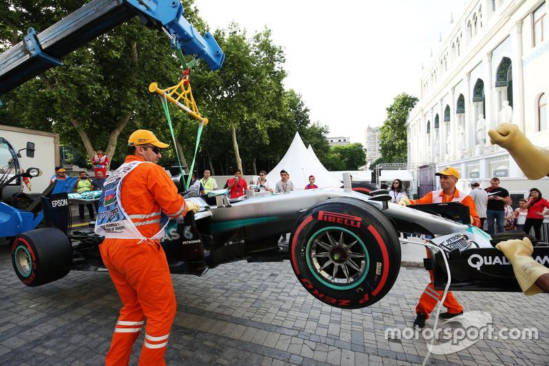 La Mercedes AMG F1 W07 Hybrid di Lewis Hamilton, Mercedes AMG F1 viene portata via dopo che è andato a sbattere durante le qualifiche