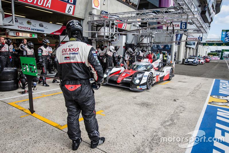 Parada en pits para #6 Toyota Racing Toyota TS050 Hybrid: Stéphane Sarrazin, Mike Conway, Kamui Koba