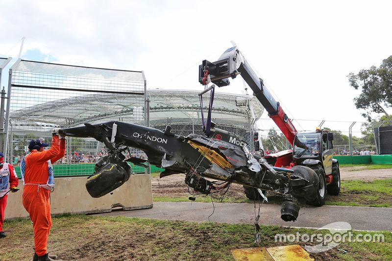 La McLaren MP4-31 di Fernando Alonso, McLaren viene rimossa dalla ghiaia dopo l'incidente che ha chi