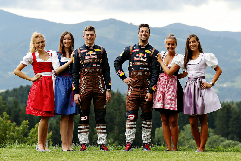Daniel Ricciardo, Red Bull Racing, et Max Verstappen, Red Bull Racing avec des Formula Una Girls
