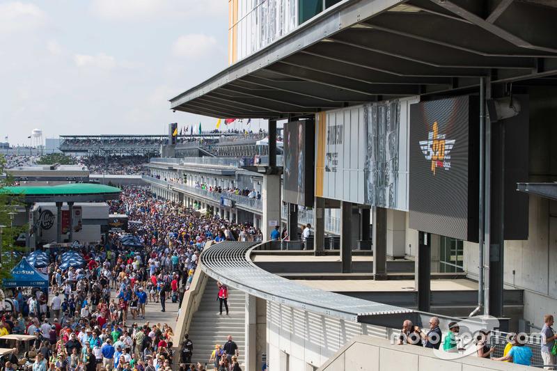 疯狂的百届Indy 500正赛日,观众早就填满整个后场