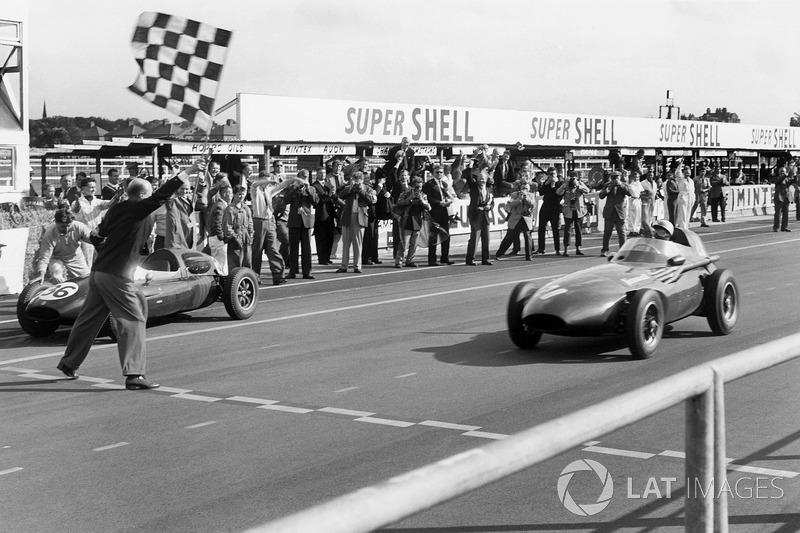 На Гран При Великобритании-1957 победу одержали сразу двое гонщиков: первым финишную черту пересек Стирлинг Мосс, но по ходу гонки он пересел в машину своего партнера по команде Тони Брукса, с которым и разделил успех