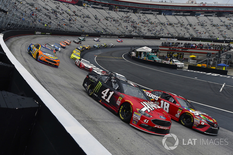 Kurt Busch, Stewart-Haas Racing, Ford Fusion Haas Automation/Monster Energy and Kyle Busch, Joe Gibbs Racing, Toyota Camry Skittles