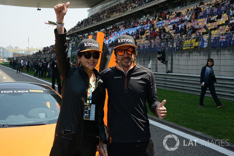 Corinna Lau, sur la grille avec Fernando Alonso, McLaren