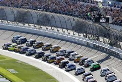 Alex Bowman, Hendrick Motorsports Chevrolet Camaro and Denny Hamlin, Joe Gibbs Racing Toyota green flag start