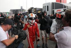 Sebastian Vettel, Ferrari se dirige al garaje después de quedar fuera de la carrera