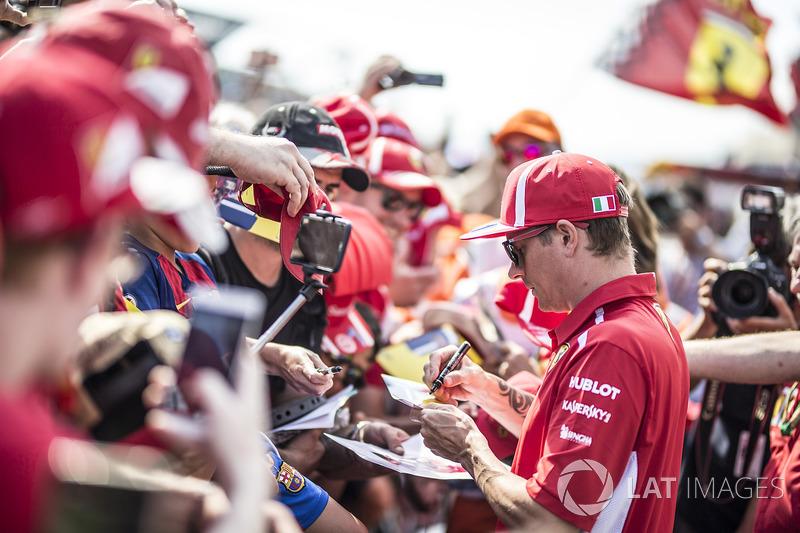Kimi Raikkonen, Ferrari, firma autógrafos a los aficionados