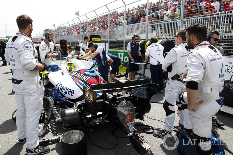 he Williams team on the grid with the car of Lance Stroll, Williams FW41