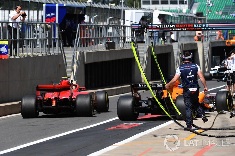 Fernando Alonso, McLaren MCL33 et Kimi Raikkonen, Ferrari SF71H