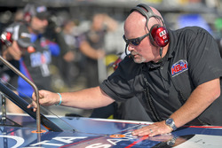 Brandon Jones, Kyle Busch Motorsports, Toyota Tundra SoleusAir/Menards, crew member