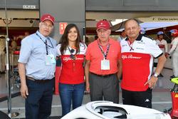 Frederic Vasseur, Sauber, Team Principal e Tatiana Calderon, collaudatrice Sauber, con Oscar Fangio, e Ruben Fangio,