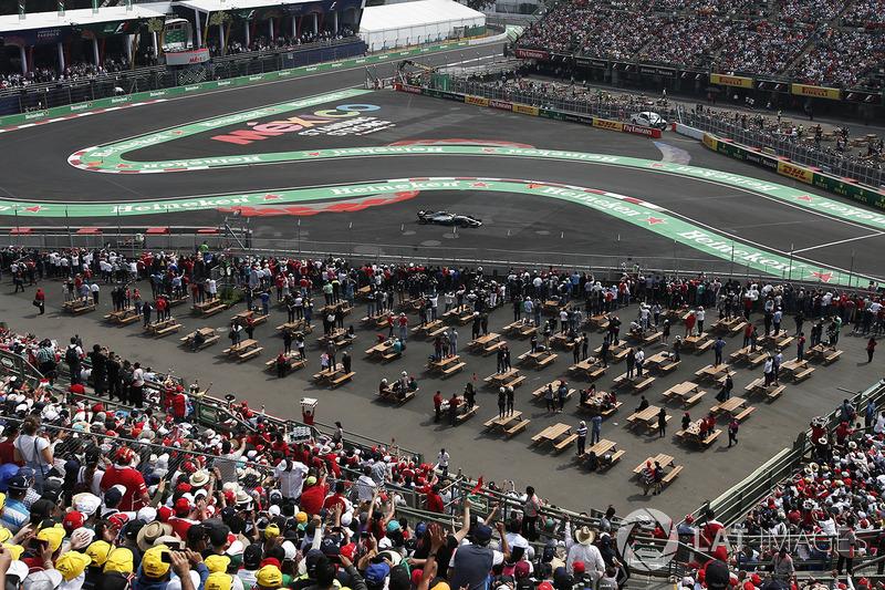 Lewis Hamilton, Mercedes-Benz F1 W08  con una ponchadura