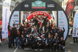 Winners Elfyn Evans, Daniel Barritt, Ford Fiesta WRC, M-Sport with the team