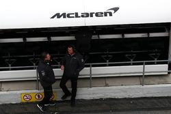 Исполнительный директор McLaren Зак Браун и гоночный директор команды Эрик Булье