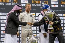 Le deuxième, Petter Solberg, reçoit son trophée des mains d'Abdulaziz bin Turki Al Saud